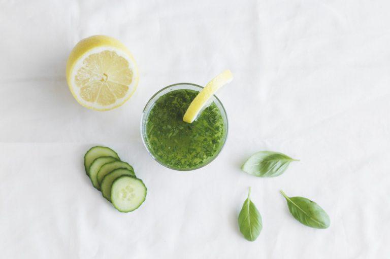groene smoothie van komkommer en citroen